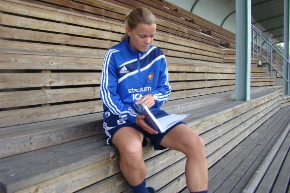 Sara Thunebro blättert im deutschen Wortschatz, damals noch im Trikot von Djurgården.